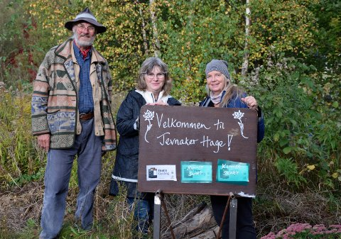 GUIDE: Med en ny audioguide håper Trude Skåre Johansen (fra høyre), Sabine Mertens og Jan Bang at flere skal oppdage Jevnaker Hage.