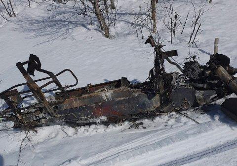 UTBRENT: En snøscooter tok fyr i skiløypa i Hjerdalen vest for Rjukan Fjellstue. (alle foto privat )