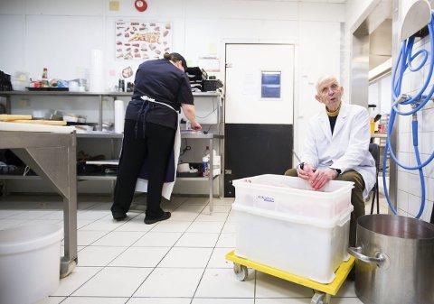 RENE LABBER: Helge Rosenberg har renset syltelabber siden han var 14 år. Nå er den tradisjonsrike retten på vei tilbake- sammen med flere andre norske tradisjonsretter. Foto: Lisbeth Lund Andresen