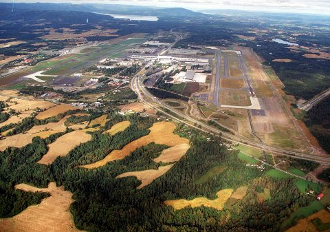 Trafikkøkning: Avinor vil ha Stortingets fullmakt til å bygge tredje rullebane, øst for dagens østre bane. Trafikken nærmer seg det dobbelte av flytrafikken ved flyplassåpningen for snart 19 år siden.