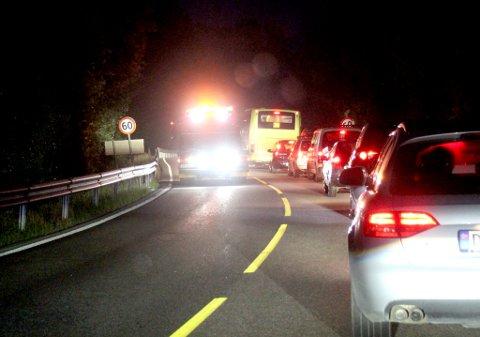 STENGT: Lillestrømveien er i natt stengt som følge av dødsulykken. Her blir bergingsbiler sendt tilbake fra ulykkesstedet i påvente av undersøkelser fra krimteknikere.