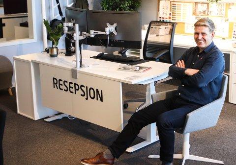 LEDIG STILLING: Daglig leder i Aj produkter Norge, Amund Tangen, har over 400 kandidtaer å velge mellom når han skal fylle den nye stillingen som bedriftens resepsjonsmedarbeider.