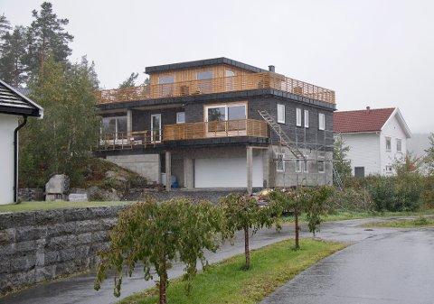 FOR HØYT: Røyken kommune og Fylkesmannen mener huset i Høvikveien 21 er bygd 58 centimeter høyere enn tillatelsen tilsier.