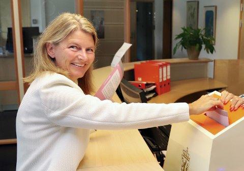 FORNØYD? Lene Conradi i Høyre avga sin forhåndsstemme i Røyken rådhus. Hun er antagelig godt fornøyd med oppslutningen blant forhåndsvelgerne.