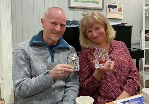 BELØNNET: Stig Rønneberg og Jane Beate Johansen fikk tildelt statuetter for å ha besteget toppene på Hurumhalvøya