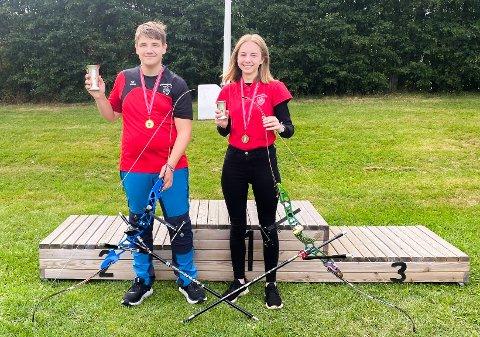 VINNERE: Alexander Amble (14) ble norgesmester i klassen recurve rekrutt gutter, mens lagvenninne Line Løe (16) tok en bronseplass i klassen recurve kadett jenter i Bugårdsparken i Sandefjord