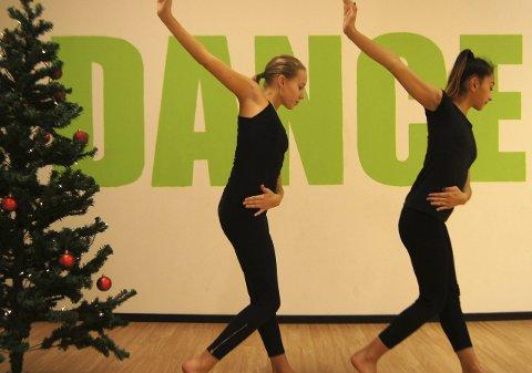 Skal danse: Emma Scott Langevei (t.v.) og Nadia Nazifi er to av flere dansere fra Ragnes Danseskole som skal vise sine dansekunstner onsdag kveld. Foto: Privat
