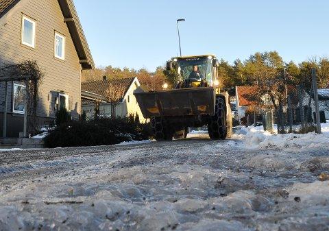 STRØJOBB: Eirik Thoresen sørger for at Vestvangveien blir framkommelig.
