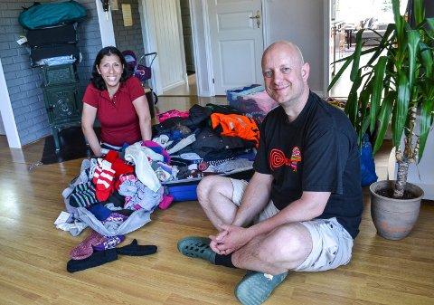 MANGLER PENGER TIL FRAKT: Hjemme i stua i Kodal hoper klesgaver seg opp hos ekteparet Lisset Huari og Jørn-Are Lolland. Det ligger også klær på lager andre steder. Nå håper de på hjelp til å få betalt for frakten til Peru.