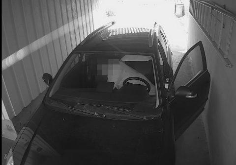 ROTER RUNDT: Her ser vi at tyven roter rundt i bilen til Kristian Lind Johannessen.