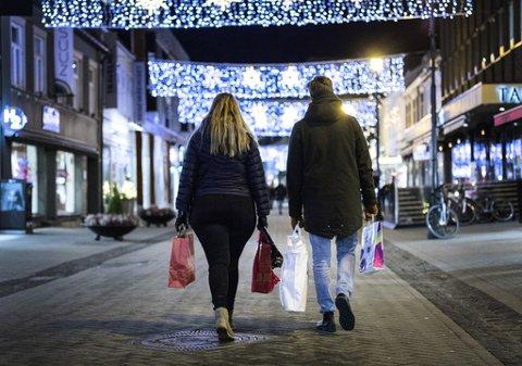 Vanligvis er folk kjappe til komme seg til butikken for å bytte plagg eller sko i feil størrelse eller farge, gaver de har fått dobbelt opp av eller presanger de rett og slett ikke vil ha, og stiller opp så snart dører åpner etter helligdagene. Dermed er butikkene fulle av folk i romjulen. I år er dette uheldig med henblikk på koronasmitte, både for kunder og ansatte. Illustrasjonsfoto: Terje Pedersen / NTB
