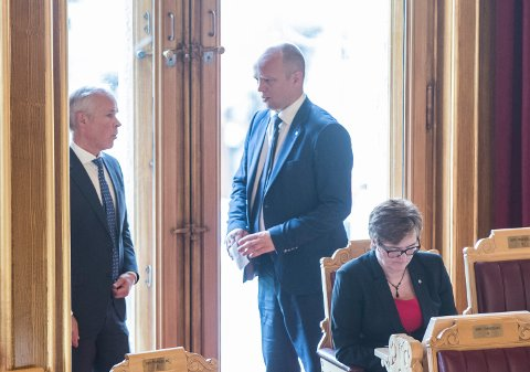 Kommunalminister Jan Tore Sanner (H) i samtale med Sp leder Trygve Slagsvold Vedum.