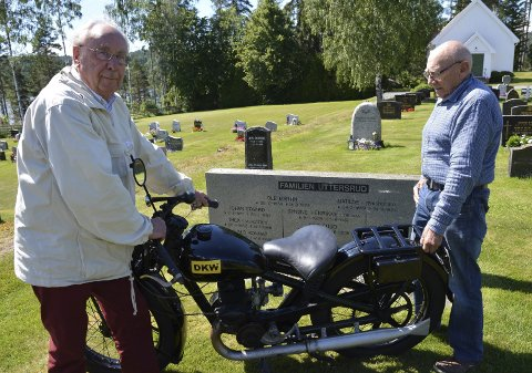 Ved familiegraven: Nils Gunnar Uttersrud (75) (til venstre) og Hans Husebråten (80) følger Nils Otto Uttersruds ordre. Sønnen prøvekjører motor                  sykkelen etter at Hans har restaurert den.