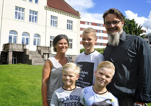 PÅ KURS: Janne og Rune Mjølhus med guttene sine, Ruben (13), Silas (8,5) og Valentin (7) på utreisekurs i Oslo. Denne bygningen på Fjellhaug utdanningssenter var opprinnelig Kinaforbundet Missionsskole, bygd i 1913.