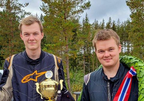 TIL TOPPS: Simen Engsvik (til høyre) ble søndag norgesmester i rallycross. Lillebroren Sander fulgt opp med å ta sølvet.