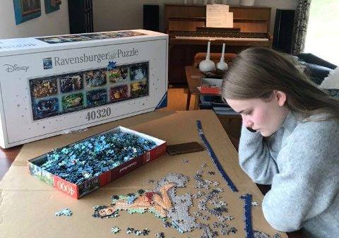 TÅLMODIG: Maria Malmberg puslar nå eit puslespel med 40.320 brikker.