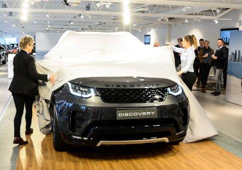 AVDUKET: Brigitte Lindgren og Line Marhaug drar lakenet av bilen under lanseringen fredag.  (Foto: Fredrik Strøm)