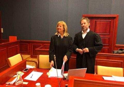 FORSVARERE: Advokatene Heidi Ysen og Andreas Nyhaug bistår henholdsvis Henning Fjell Johansen og hans medtiltalte. Foto: Asle Rowe