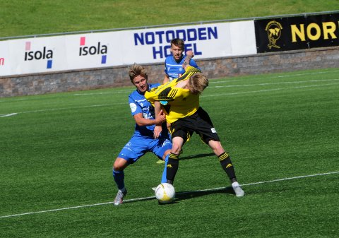 TØFFE TAK: Det ble tøffe tak for Sebastian Temte Hansen og Notodden borte mot Levanger. Her fra hjemmekampen mot Bærum.