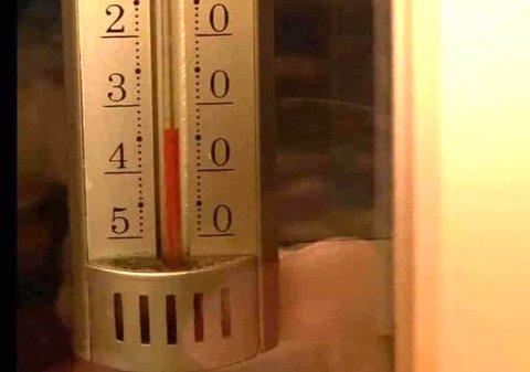Gradestokken viste 34 kuldegrader i morgentimene i Drivarbekkdalen i Vinje. Foto: Privat