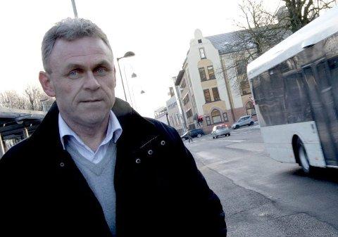 BER FOLK BETALE: Trond Myhre i Vestfold kollektivtrafikk håper folk slutter å snike på bussen. Foto: Peder Gjersøe