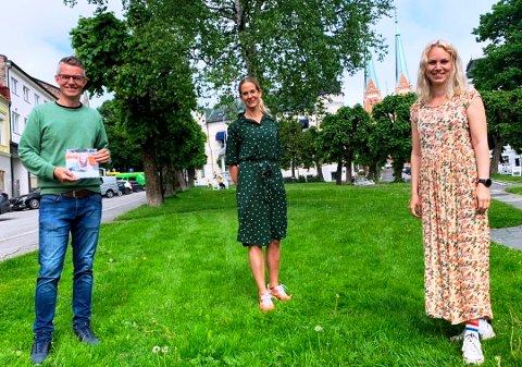 """SAMMEN OM SKIEN: Tore Hammersmark i Skien By med forretningsdriverne Birthe Pedersen og Ragnhild Galaasen Storbæk er klare til å informere via """"Sommerguiden""""."""