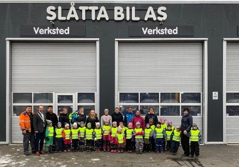 PÅ BESØK: Fredag formiddag fikk 22 barn fra førskolegruppene i Hjartdal barnehagene på besøk hos Slåtta Bil. Det var også ordfører Bengt Hallvard Odden.