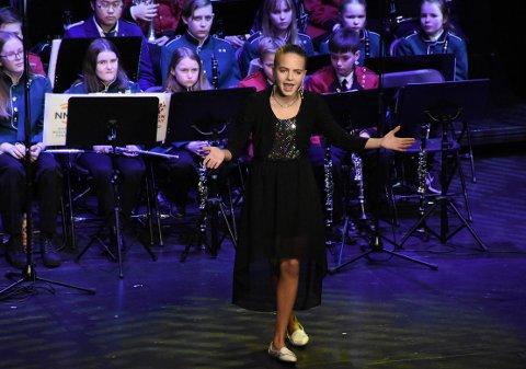 KONFERANSIER: Ellen Svendsen Fiske ledet gallaforestillingen på en fortreffelig måte, til tross for forkjølelse. Hun sang dessuten så fint innledningsvis, at hun nesten stjal hele showet ...