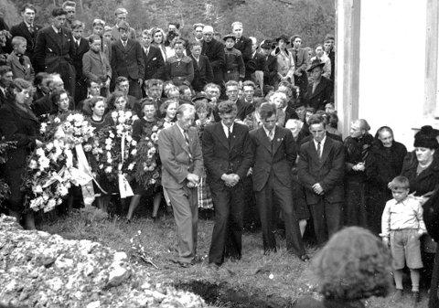 Sårt kyrkjeminne i Åsskard: Gravferd for soldaten Gunnar P. Bøe, som fall i Gratangen i 1940.