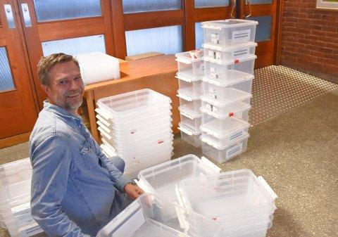 Valgmedarbeider Vidar Skoglund holder orden på bokser og tellesystem i rådhuset i Kristiansund. Klokken 21.00 i kveld offentliggjøres resultatet av forhåndsstemmene. Ut over kvelden kommer resultatene inn - tk.no oppdaterer deg gjennom hele mandagskvelden.