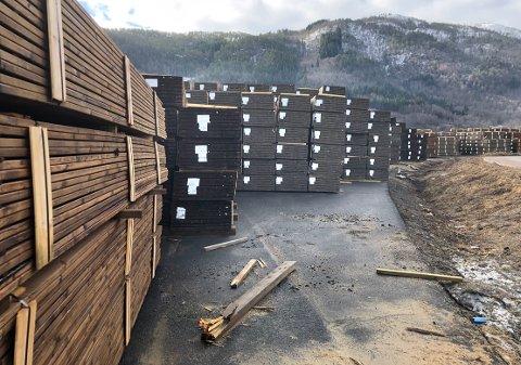 LAGER: Mengden med Royal-impregnert trevirke var betydelig på lageret ved Talgø MøreTre i Surnadal på slutten av mars. Etter rekordsalg i 2020 produseres det nå til lager før sesongen tar til om noen uker, samtidig som det skal testes om Royal-materialer som brukes på bygg med brannkrav, oppfyller kravene.