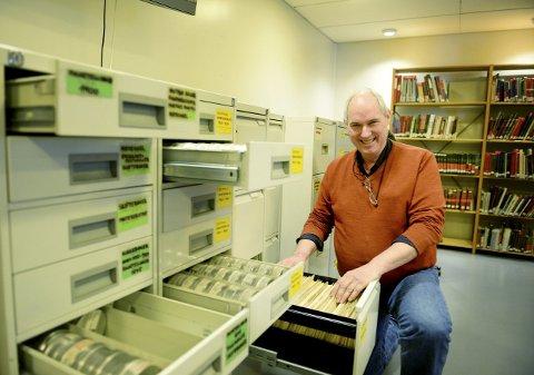 LOKALSAMLINGEN PÅ BILBIOTEKET: Willt fredriksen er ivrig slektsforsker og har sett gjennom mange mikrofilmer på jakt etter historien sin.