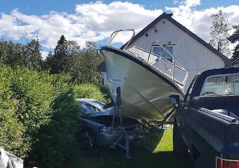 MÅTTE BERGES: Bilen var ikke kjørbar etter kollisjonen med båten.