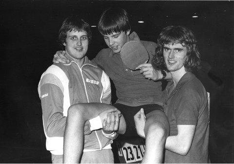 STORHETSTID: Jan Egil Levorsen bæres på gullstoll av Tom Johansen (til venstre) og Per Arne Sveum etter et NM-gull. På 1970- og 80-tallet forsynte Husøy & Foynland seg grovt fra medaljebordet.