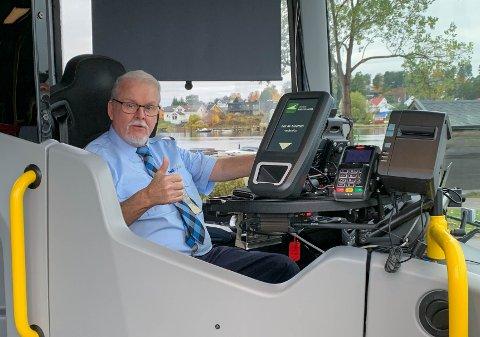 KJEMPEFORNØYD: Bussjåfør Fritz Ivar Kjølberg er fra seg av begeistring over hvor gode arbeidsforhold han har fått for bussen sin etter at Presterødbakken sto ferdig.