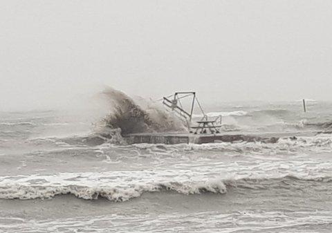 VOLDSOMME BØLGER: Bølgene var så store at de skylte over stupebrettet som er montert på moloen i Åsgårdstrand søndag