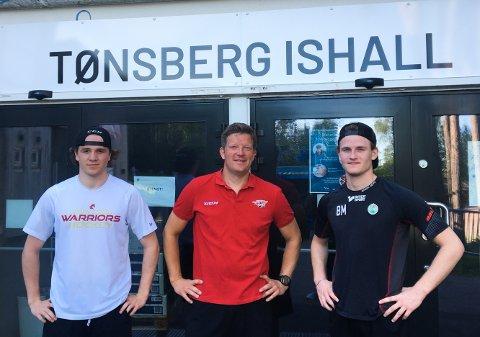 SVENSKEHJELPEN: Lukas Rhodin (t.v.) og Benjamin Magnusson (t.h.), her med hovedtrener Andreas Toft i midten. De er klare for spill for Tønsberg Vikings.