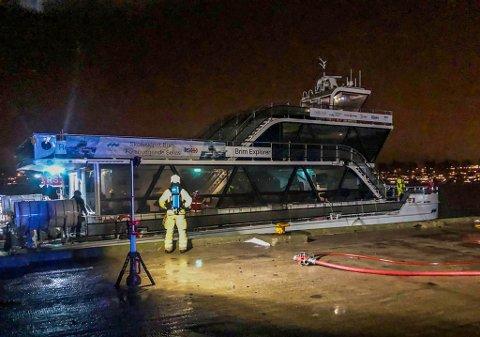 MED OKSYGEN: Brannmannskaper med oksygenflasker og - masker holder oppsyn med havaristen, som ligger fortøyd ved kaien på Vallø, utenfor marinaen.