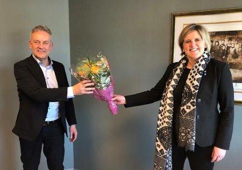 TILSATT: Bjørn Kalmar Aasland er ansatt som ny kommunedirektør i Steinkjer. Her ønskes han velkommen av ordfører Anne Berit Lein.