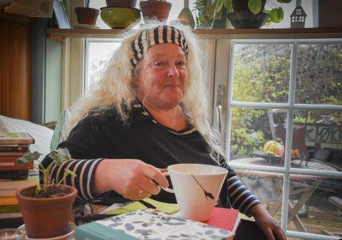Maksimalisme: Anne-Line Henriksen har begått en hagebok som hendler vel så mye om mennesker som om georginer og gulerøtter.Foto: Mette Urdahl