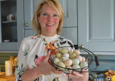 Kortreiste egg: Hege Bjerkeseth har eggproduserende høner hjemme på Grønland. Eggene er en fullverdig påskedekorasjon i seg selv.Foto: Mette Urdahl