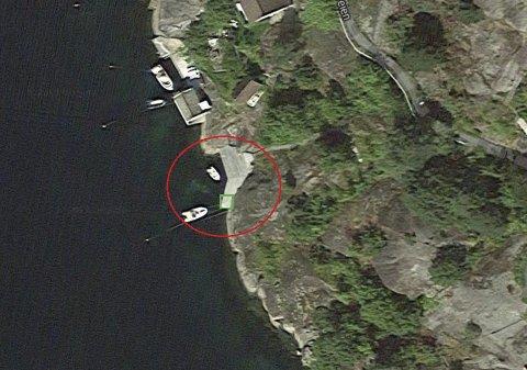 Borøy: Innringet med rødt er brygga som kommunen har sikret seg mesteparten av. Det grønne området viser den lille fliken som bryggeeieren får beholde. Foto: Flyfoto 1881