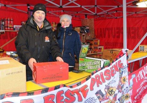 Rød drage: Det er mye å velge i på fyrverkerimarkedet. Her viser Olav Dahl en av bestselgerne, mens Magnhild Gunderstuen bivåner det hele.