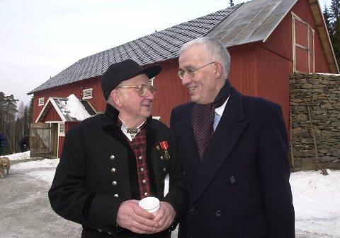Ved bureisingsbruket: Åge Hovengen framfor bureisingsbruket på Maihaugen, som han var pådrivar for. Her saman med Georg Fredrik Rieber-Mohn.Foto: Asmund Hanslien