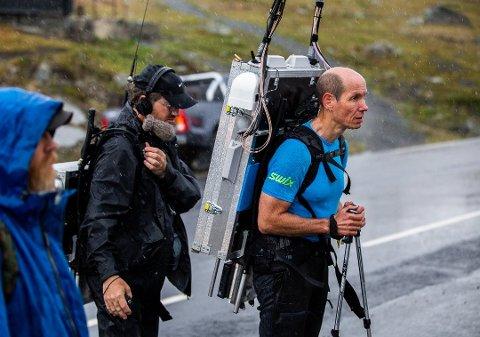 Det kreves mange personer med mye utstyr for å lage direktesending fra fjellheimen.
