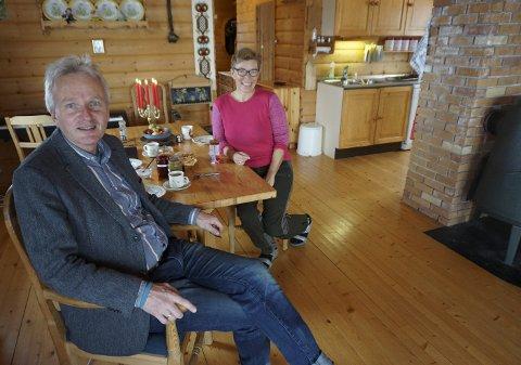 TRIVELIG: Ragnhild og Tron ved kjøkkenbordet inne i hytta på 70 kvadratmeter, bygd i 1983.