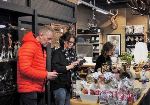 Holder åpent: Makalause er en av mange butikker som holder åpent og samtidig bugner av varer på tilbud. Butikkeier Øystein Olav Grolen (t.v.) håper lokalbefolkningen og andre tar en beitostølentur i påska.