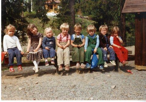 AVSLUTNINGSFEST: Disse åtte hadde i 1983 avslutningsfest i Granstua fordi de skulle begynne på skolen. Fra venstre: Karianne Skøyen (Stjerneveien), Vårin Glorvigen (Utsiktsveien), Astrid Thorstensen (Utsiktsveien), Heidi Stenberg Johansen (Utsiktsveien), Rolf Andresen (Lyngveien), Christian Wang Skriden (Stjerneveien), Frank N.N. (flyttet, så her mangler data), Linn Anett Skriden (Stjerneveien).