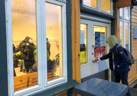 Passasjerene valgte å trekke inn på venterommet på Vestby stasjon torsdag morgen.