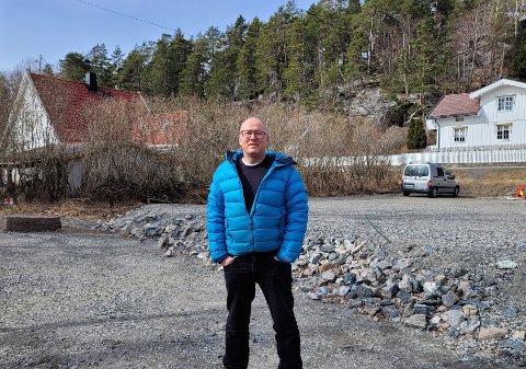 SAVNER LØSNING: – Det vi ønsker oss, er en permanent løsning, samt å få slutt på byggeprosessen og deponivirksomheten her, sier nabo Sverre Skibenes.